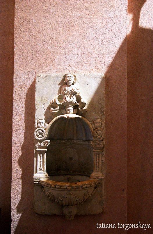 Чаша с освященной водой возле входа