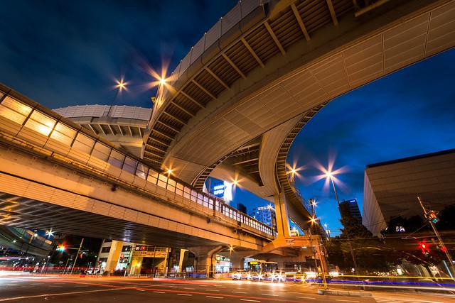 マジックアワーの時間帯の西新宿ジャンクション。空が青く美しい時間帯。
