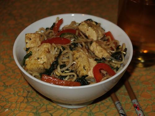 Pfeffrig-Süße Bratnudeln mit Paprika, Spinat und Tofu