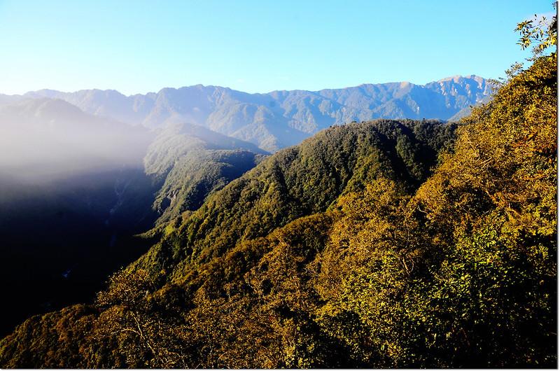 焦土山登山途中西南眺奇萊東稜