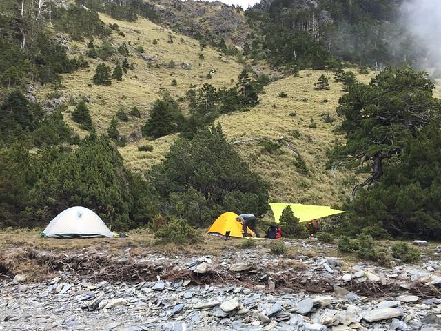 石洞附近營地