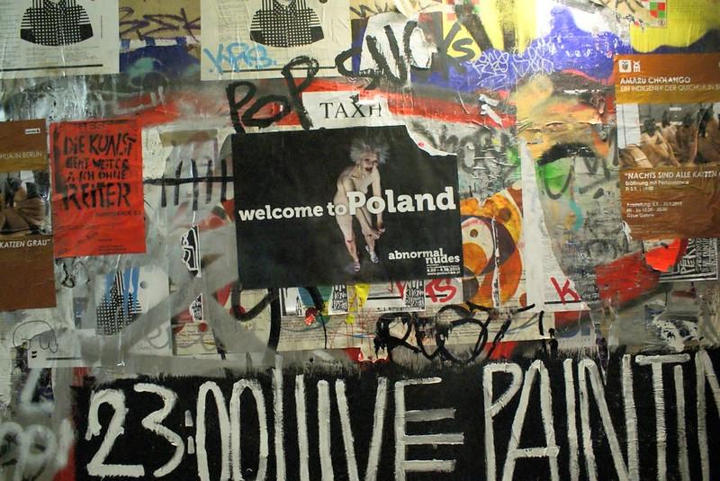 Dans la cage d'escalier du feu Tacheles à Berlin, une affiche pour une exposition en Pologne :