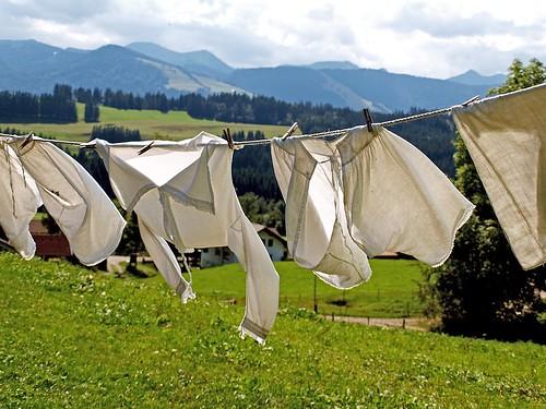 風にあおられている真っ白な洗濯物
