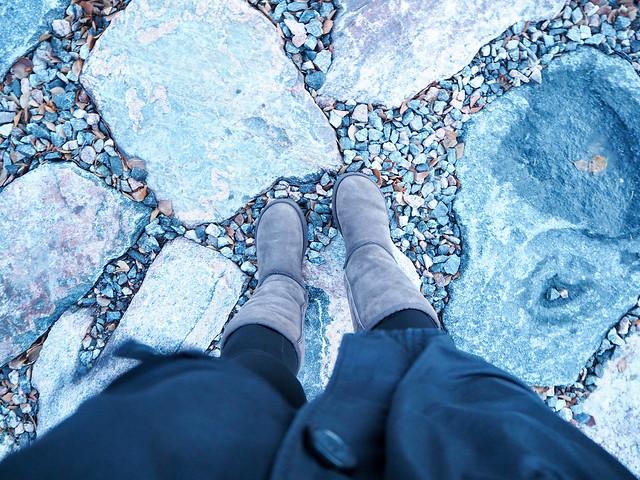 kävely, walk, helsinki, talvi, winter, kallio, rocks, meren ranta, seafront, tuuli, wind, talvivaatteet, lämpöiset talvikengät, talvi saappat, ruskeat kengät, brown shoes, ugg boots, ugg saappaat, warm winter boots, lämpimät talvi saappaat, korkeat kengät,