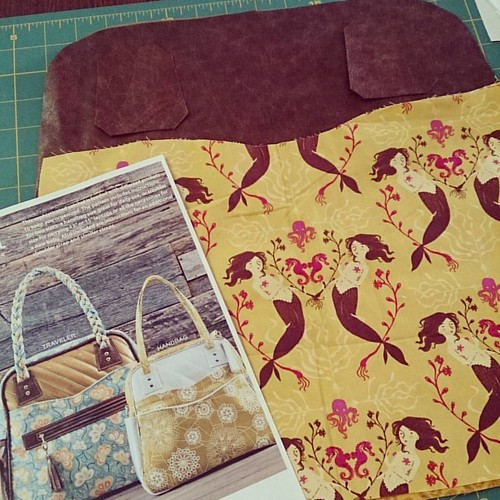 Another #shilohsatchel on the cutting table using old #mendocinofabric. Let's use this for #bpsewvember Day 4: fun! (Can be meant ironically in the EEK RARE FABRIC CUTTING PANIC way...) The Shiloh Satchel pattern is sold by @pileofabric and comes in Trave