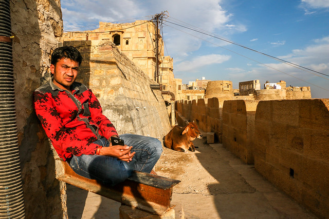 A guy and a cow in Jaisalmer Fort, India ジャイサルメール、フォートで出会った青年