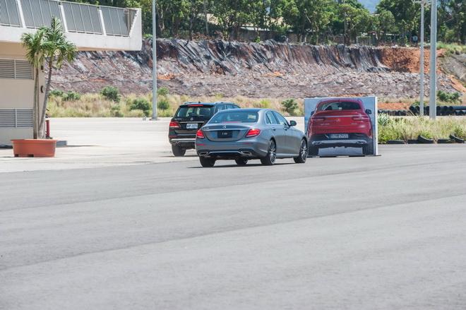 DISTRONIC 智能定速測距輔助系統完整了跟車功能,系統將視前車動態調整車速和微調轉向角度