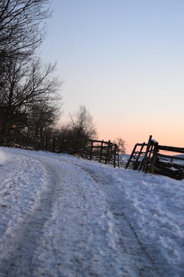 Verschneiter Weg Sonnenuntergang