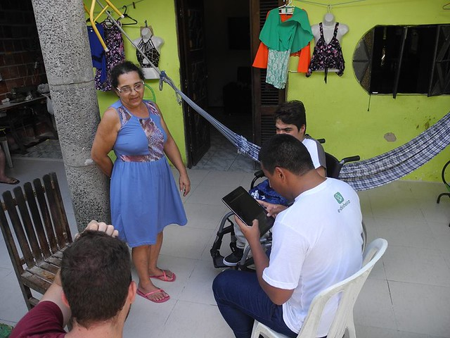 Consultores conducting community survey with Conjunto Palmeiras residents
