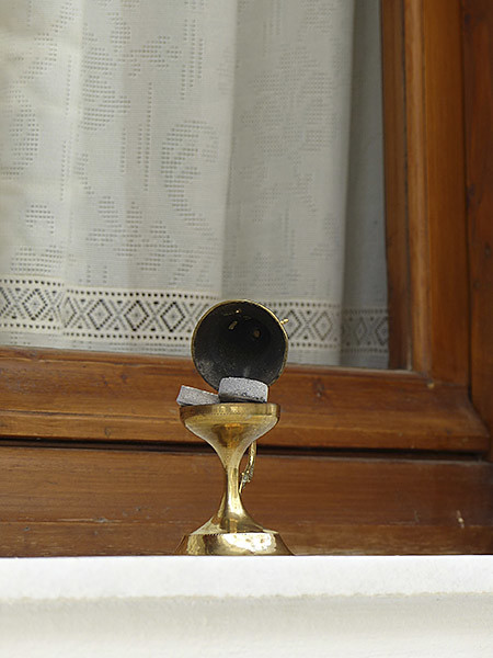 encensoir devant une fenêtre à Filoti