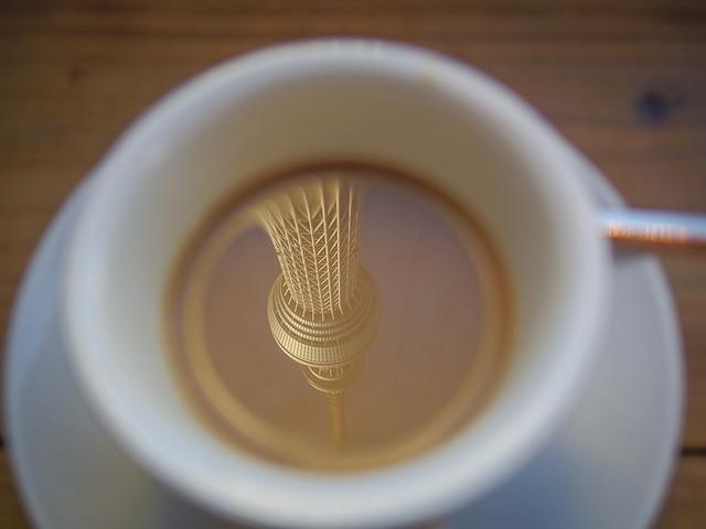 コーヒーカップに浮かぶ逆さスカイツリー