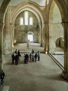 Querschiff, Madonnenstatue, Totenpforte in der Basilika Abbaye de Fontenay
