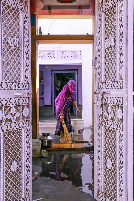 She must love purple color, Jaisalmer, India ジャイサルメール、紫色が大好きに違いない女性