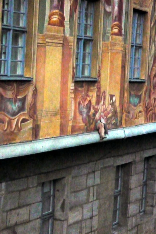 Una piernecita de un querubin se sale de los frecos del Altes Rathaus