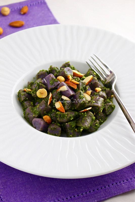 Gnocchi di patate viola al pesto di cavolo nero