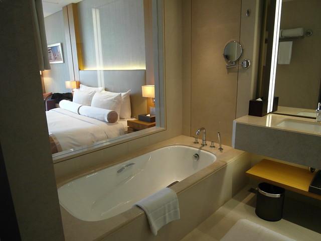 衛浴左手邊的大浴缸@台中日月千禧酒店
