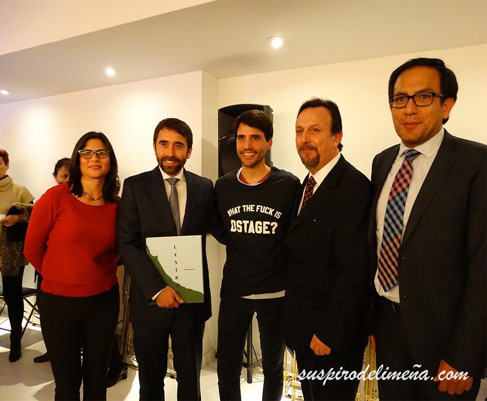 Virgilio Marínez y miembros del consulado de Peru en España