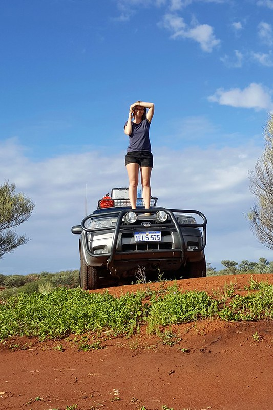 Für einen mickrigen Balken Empfang muss man im Outback schon mal auf das Auto steigen