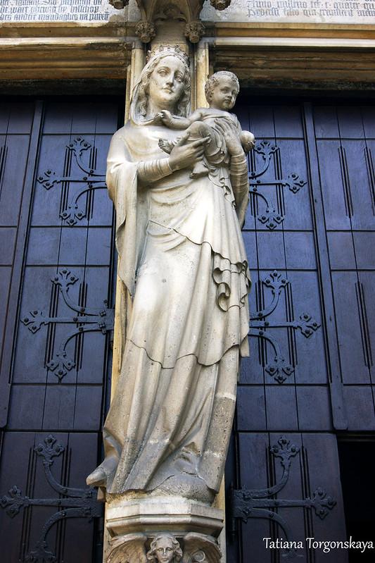 Скульптура Мадонны