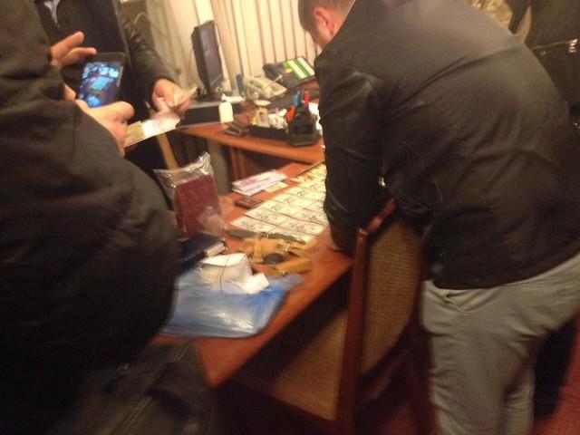 СБУ затримала на багатотисячному хабарі одного з керівників тернопільського облвійськкомату