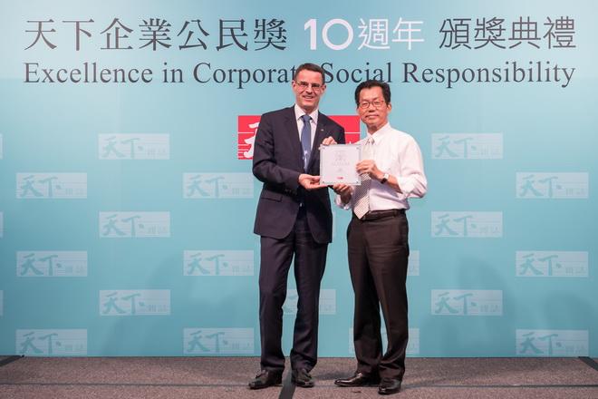 台灣賓士總裁邁爾肯(左)自行政院環境保護署署長李應元(右)手中接天下CSR獎座,為汽車產業中唯一登上前五名的品牌