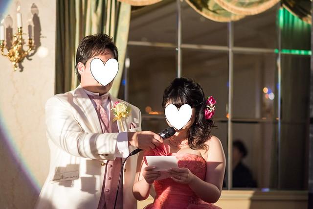 中望遠単焦点で両親への手紙を読む新郎新婦を撮影