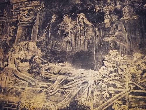 Één van de bizar realistische, ondergrondse kunstwerken, gekerfd in de mergelwanden en met houtskool gekleurd. #spesjaal #latergram