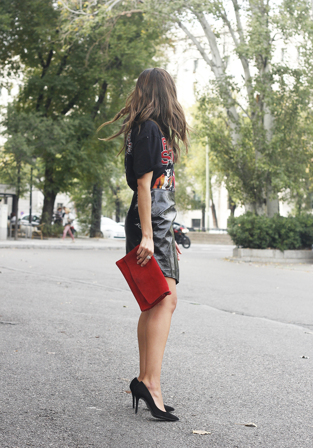 patent leather skirt t-shirt necklace heels leather jacket outfit style fashion06
