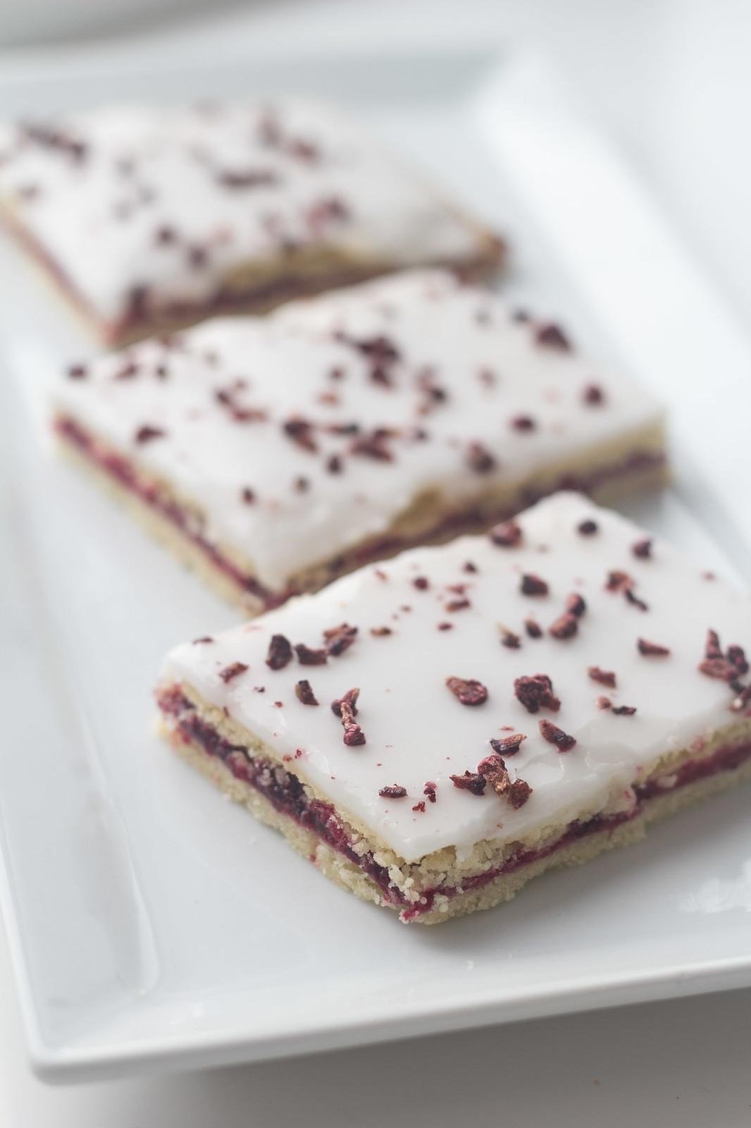 Recipe for Danish Blackberry Cakes (Brombærsnitter)