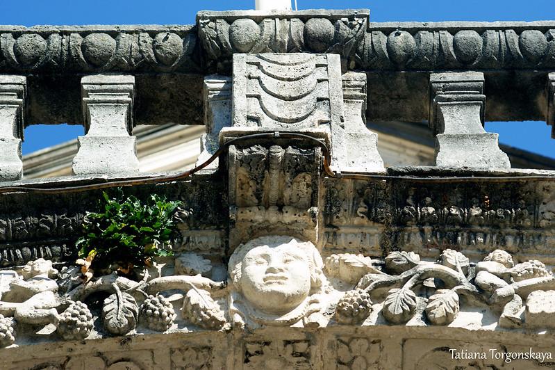 Декор над входом