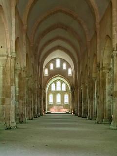 Hauptschiff und Chor der Basilika Abbaye de Fontenay