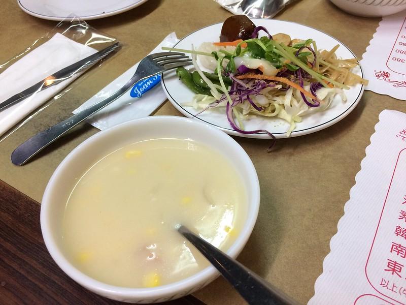 玉米濃湯、沙拉吧