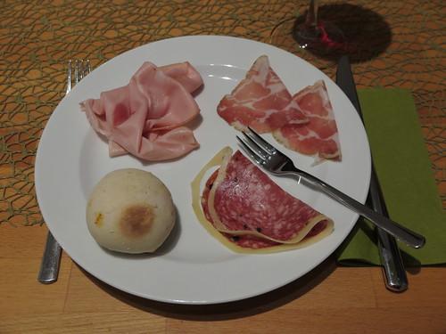 Mortadella, Coppa und Wildschweinsalami mit Parmesanrand zum Pizzabrötchen