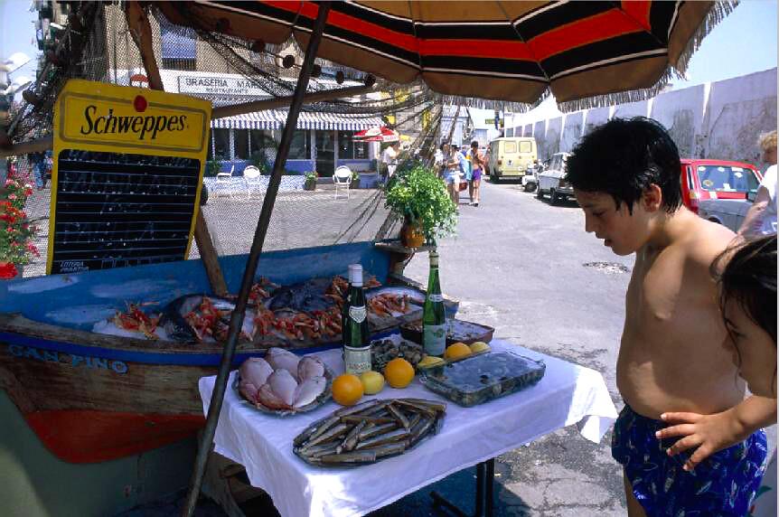Petites faims devant un plateau de fruits de mer dans le quartier de Barceloneta dans les années 1980.
