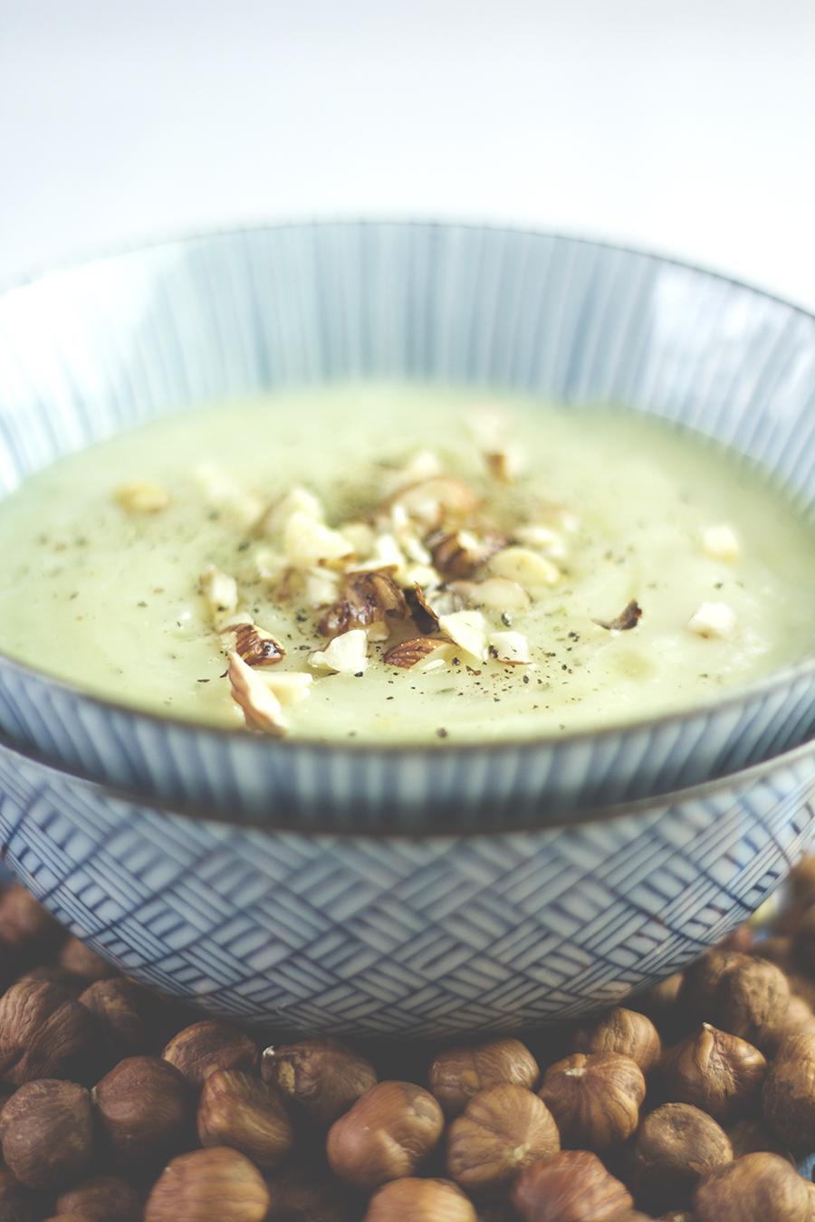 Topinambur-Suppe mit Thymian und Haselnüssen, vegan