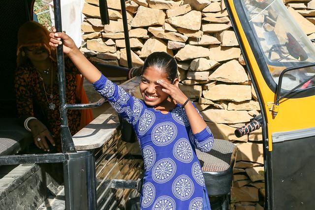 A shy girl in Jaisalmer, India ジャイサルメール 恥ずかしそうな笑顔の少女