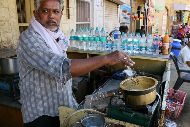 A Chaiwala making chai, Jaisalmer, India ジャイサルメール 路上のチャイ屋