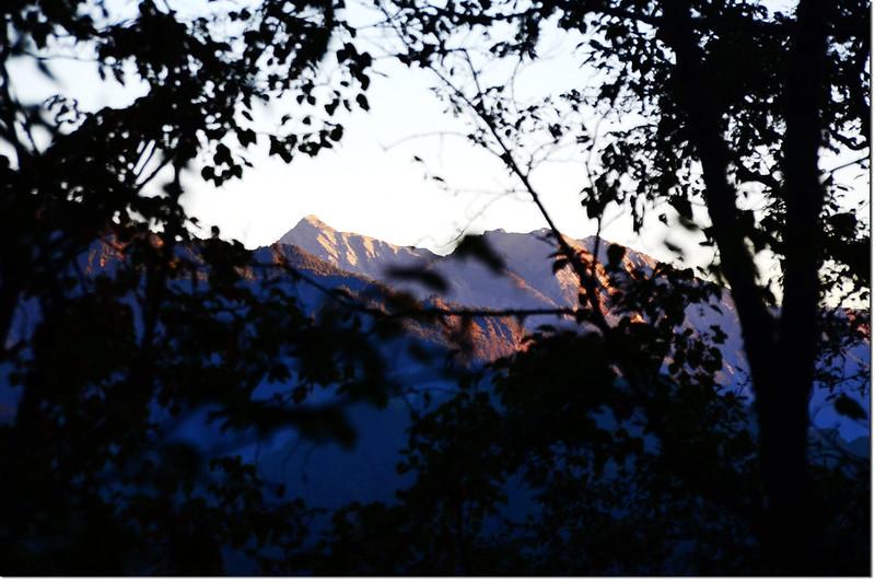 卡拉寶農場產道北望南湖、中央尖山