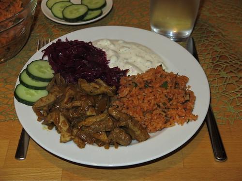 Schweinefilet nach Gyros-Art mit Rotkohlsalat, Paprikareis und Tsatsiki