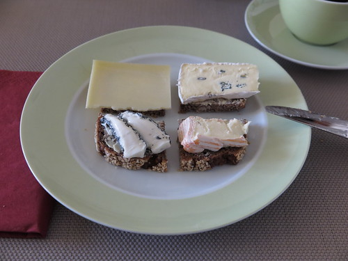Diverse Käse auf Vollkornbrot
