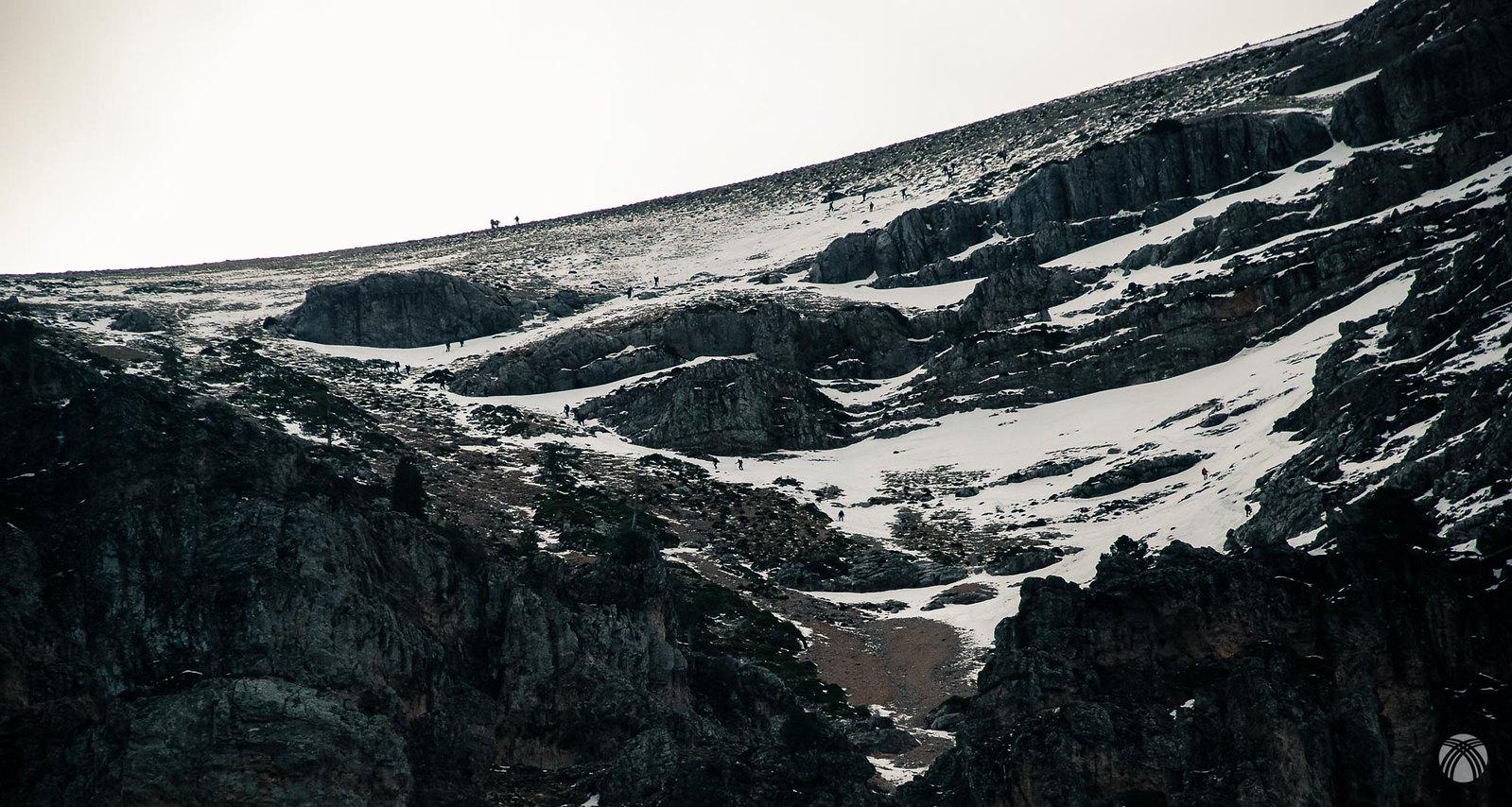 Tirando de zoom mucha gente en la montaña