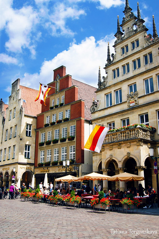 Здания слева от ратуши