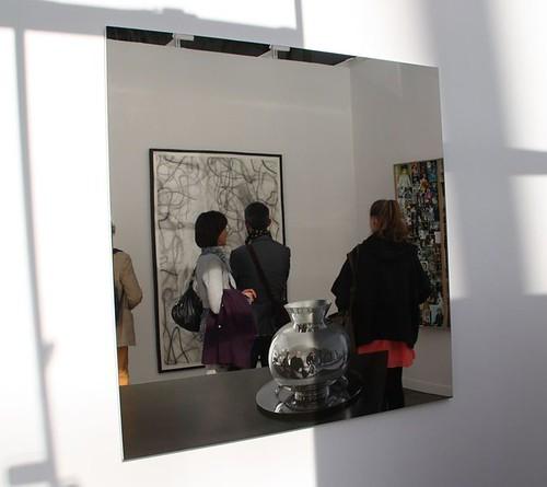 Vase sur fond de miroir sur le bas du miroir figure un for Fond miroir
