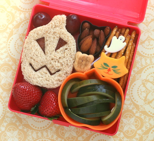 confused jack-o-lantern sandwich bento | by anotherlunch.com