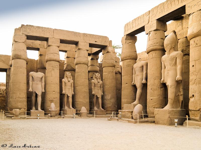 Estatuas do patio peristilo de Rameses II no Templo de Luxor - Exipto