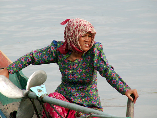 A woman fishing skipper, Cambodia. Mobile ethnic Vietnames families live and work on houseboats, many of which move together as a nomadic floating community. Photo by Will Darwall, 2006