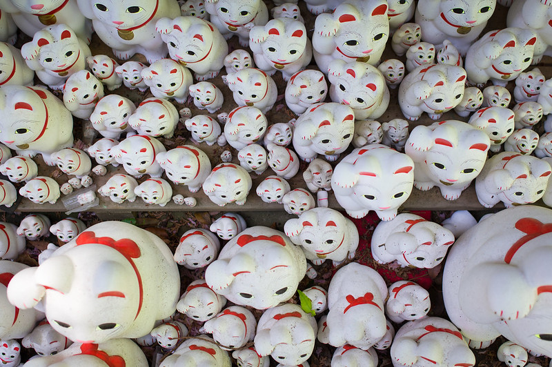 a lot of maneki-neko