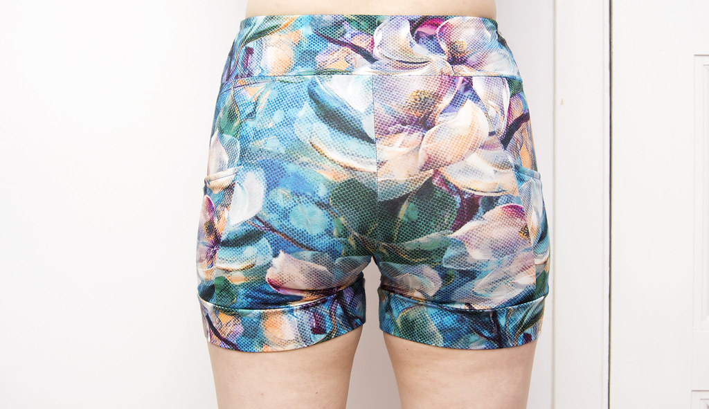 Yoga shorts with flower print