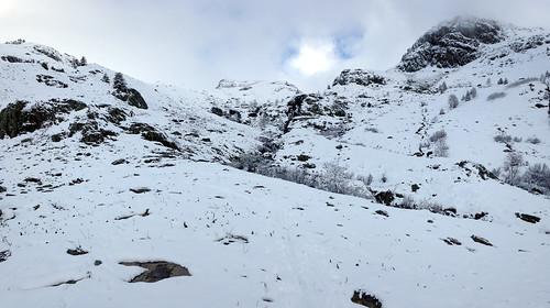 Départ skis aux pieds dans la neige fraîche