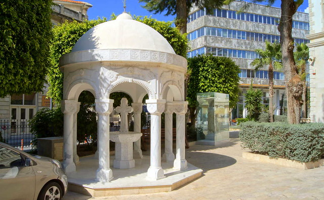 Каменная ротонда на территории собора Айя-Напа, Лимассол, Кипр